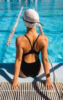 Achteraanzicht jong meisje poseren in zwemkleding