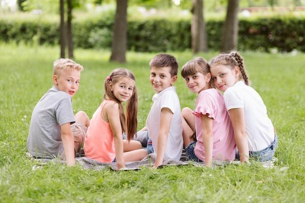 Achteraanzicht kinderen kijken naar de camera