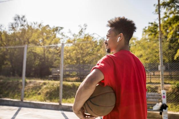 Achteraanzicht man op een basketbalveld