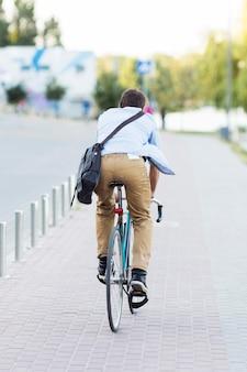 Achteraanzicht man rijden fiets buitenshuis