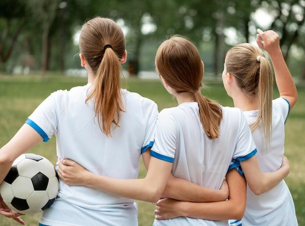 Achteraanzicht meisjes houden elkaar vast