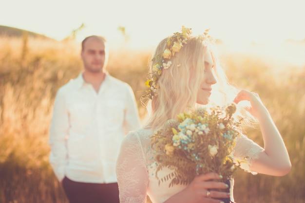 Achteraanzicht op bruid en bruidegom hand in hand op zonnige zomerdag outdoor relationsheep romantic
