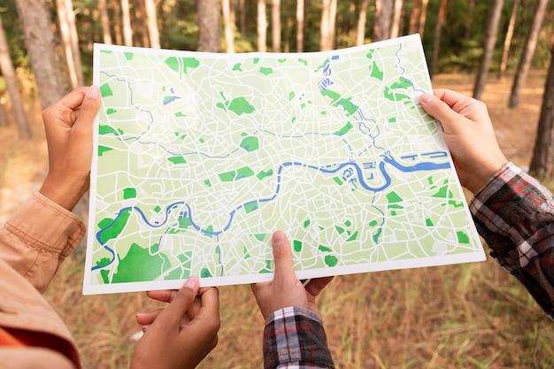 Achteraanzicht paar dat een kaart controleert voor een nieuwe bestemming