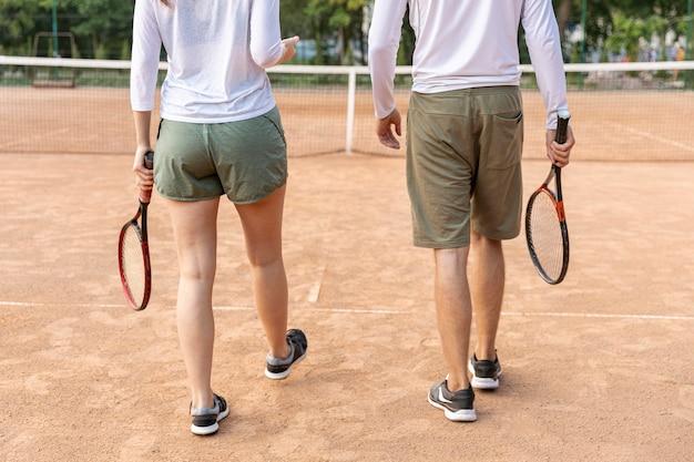 Achteraanzicht paar op tennisbaan
