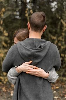 Achteraanzicht partners knuffelen