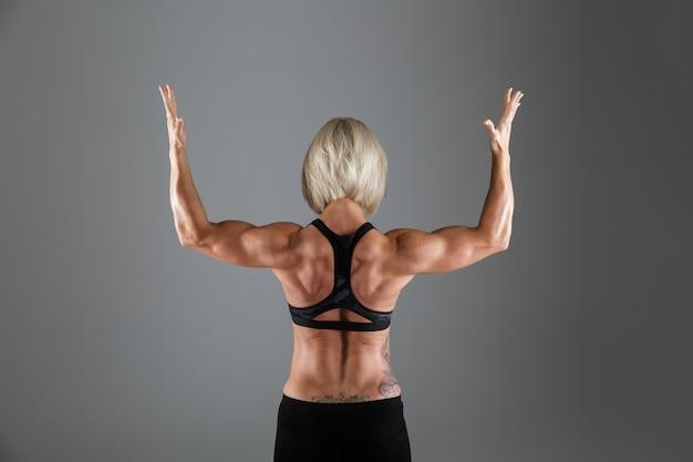 Achteraanzicht portret van een gespierde sterke sportvrouw