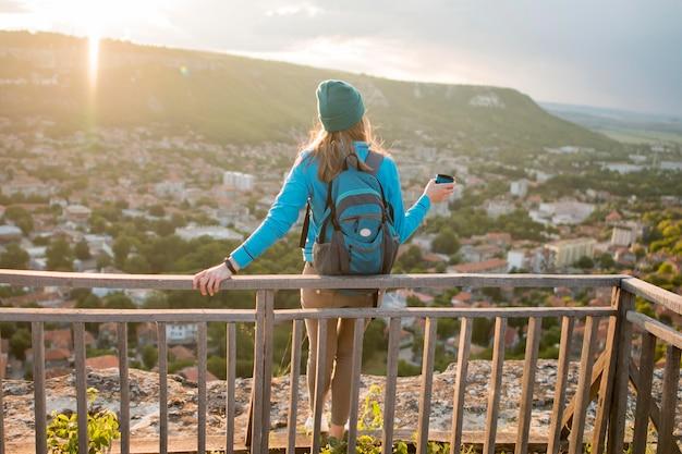 Achteraanzicht reiziger met muts genieten van vakantie