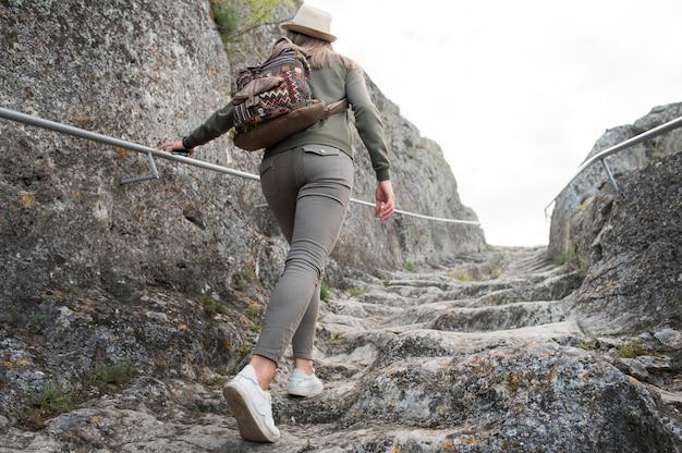 Achteraanzicht reiziger traplopen