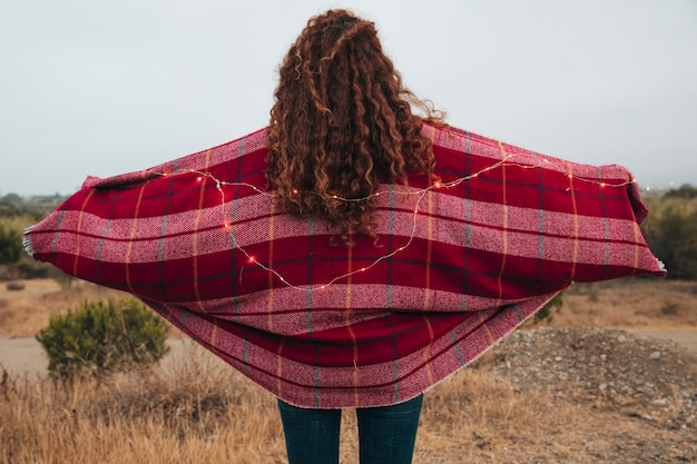 Achteraanzicht roodharige vrouw met een sjaal