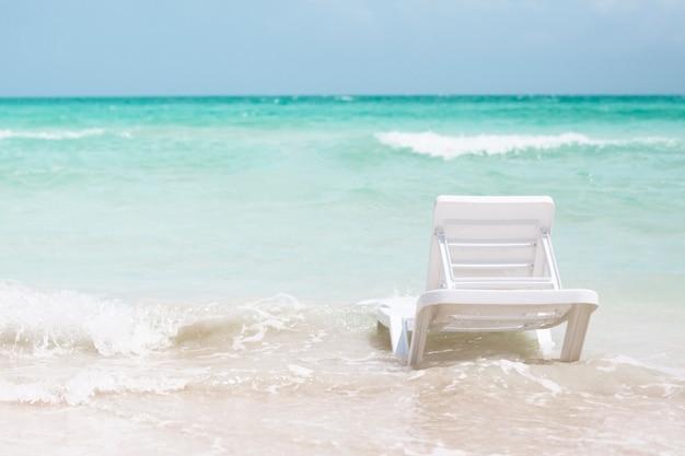 Achteraanzicht strandstoel aan de kust