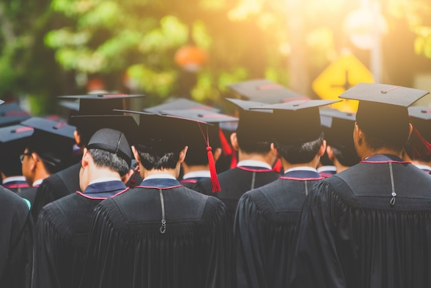 Achteraanzicht student afstuderen van afgestudeerden tijdens het begin. felicitatie in universitair concept, onderwijsconcept.