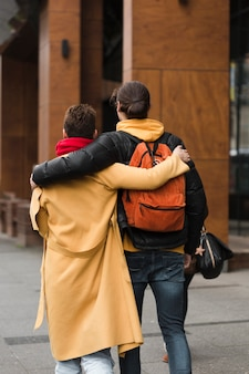 Achteraanzicht tieners samen wandelen