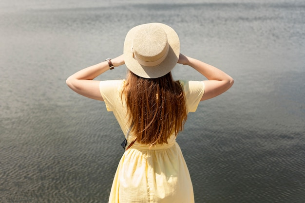 Achteraanzicht toerist in de buurt van meer