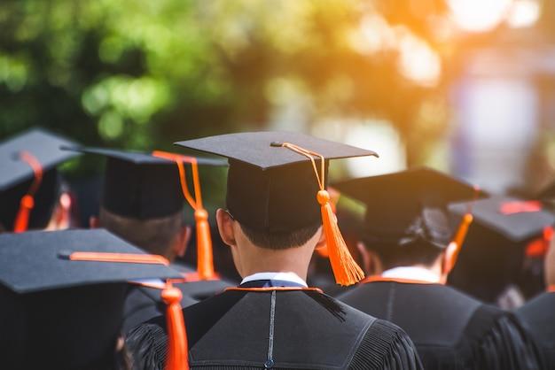 Achteraanzicht van afgestudeerden bij de diploma-uitreiking aan de universiteit.