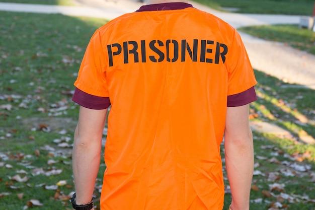 Achteraanzicht van amerikaanse gevangene in oranje kleding