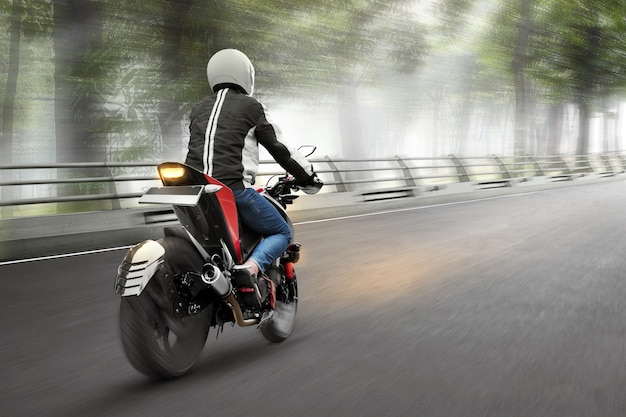 Achteraanzicht van aziatische motorfiets taxi man rijden