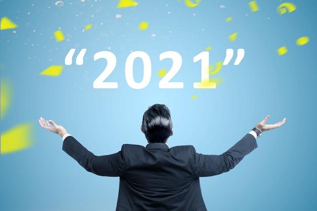 Achteraanzicht van aziatische zakenman klaar voor 2021. gelukkig nieuwjaar 2021