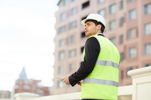 Achteraanzicht van bouw manager