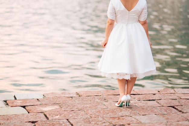 Achteraanzicht van bruid naast het water