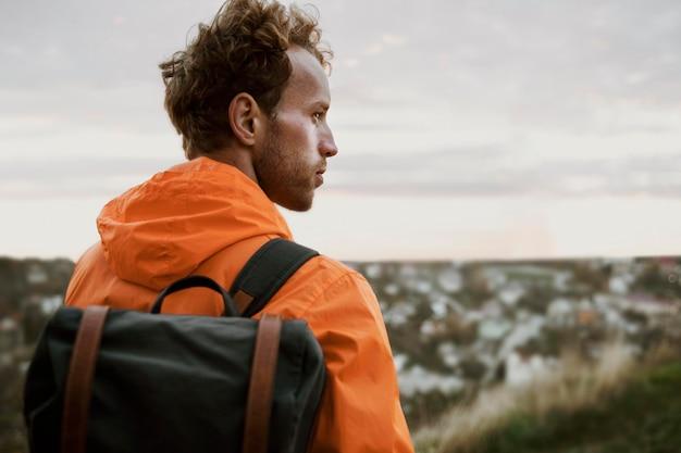 Achteraanzicht van de mens die de natuur bewondert tijdens een roadtrip