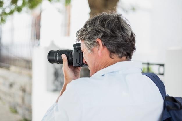 Achteraanzicht van de mens met behulp van camera