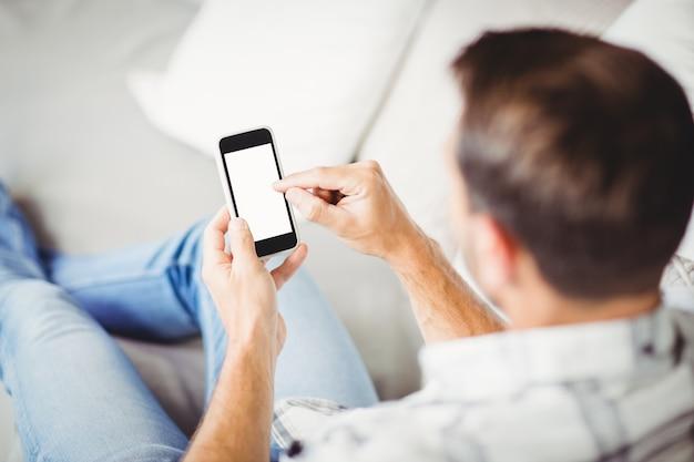 Achteraanzicht van de mens met behulp van de mobiele telefoon