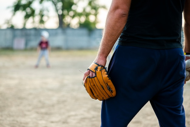 Achteraanzicht van de mens met honkbalhandschoen