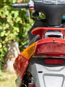 Achteraanzicht van de scooter. de helft van de scooter in het frame