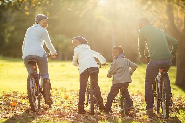 Achteraanzicht van een jong gezin een fietstocht doen
