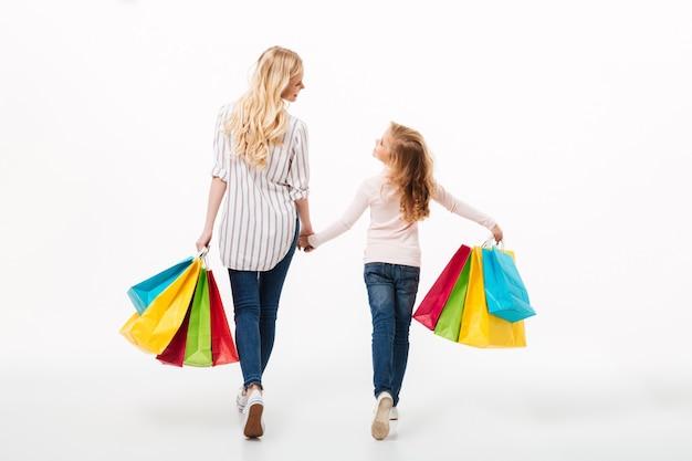 Achteraanzicht van een jonge moeder en haar dochtertje