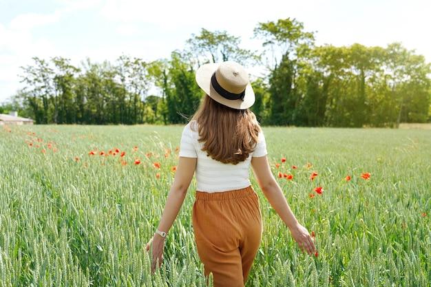 Achteraanzicht van een jonge vrouw die zichzelf regenereert in de natuur