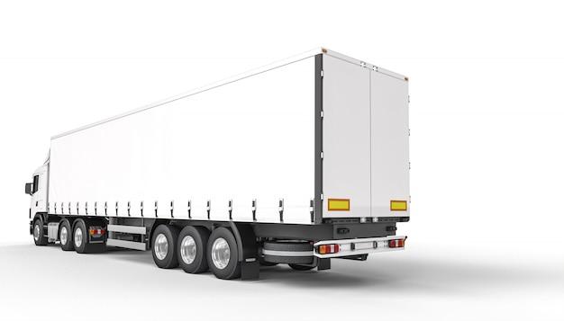 Achteraanzicht van een lange witte vrachtwagen.
