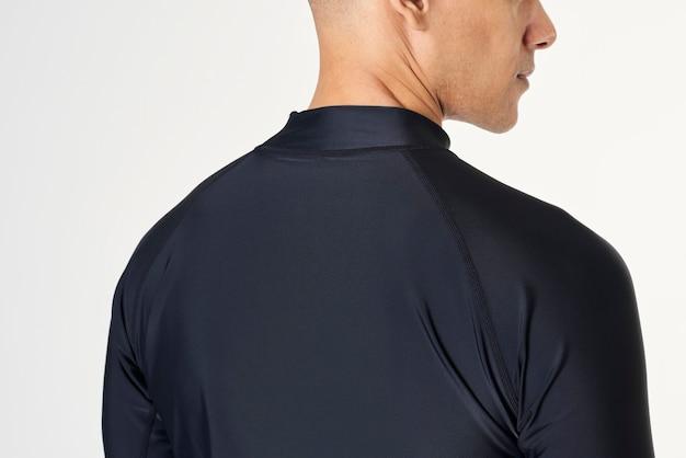 Achteraanzicht van een man in een zwemshirt met lange mouwen