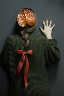 Achteraanzicht van een meisje met anthurium gevlochten in haar
