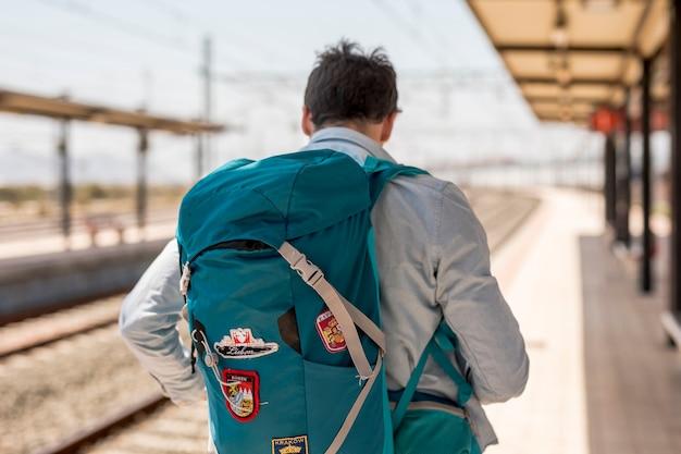 Achteraanzicht van een reiziger