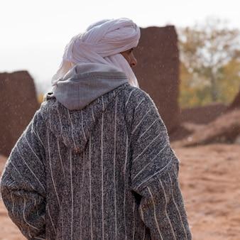Achteraanzicht van een toeareg man permanent, telouet, ouarzazate, souss-massa-draa, marokko