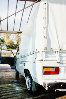 Achteraanzicht van een vintage wit busje