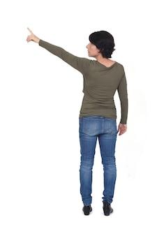 Achteraanzicht van een vrouw die op een witte achtergrond wijst