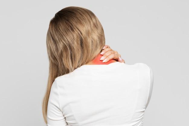 Achteraanzicht van een vrouw met nekpijn