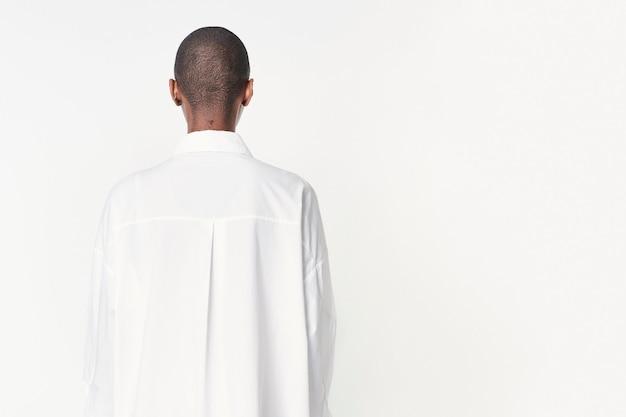 Achteraanzicht van een zwarte vrouw in een hemdjurk Premium Foto