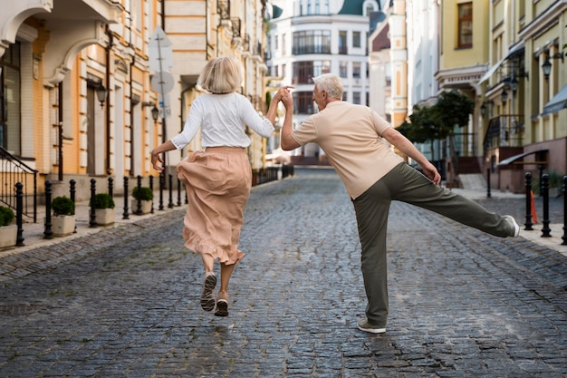 Achteraanzicht van gelukkig ouder echtpaar in de stad