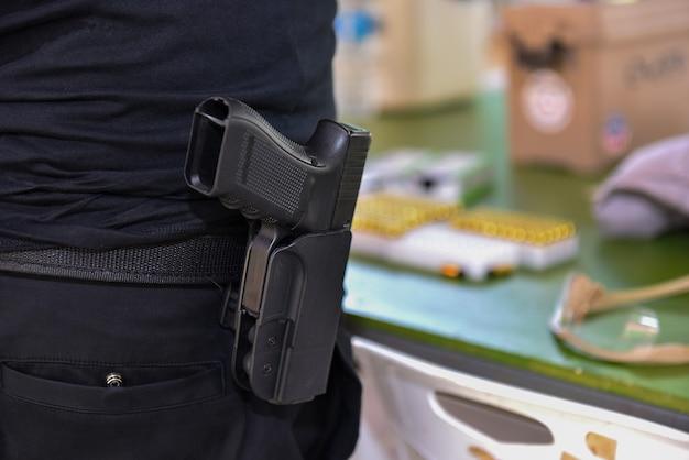 Achteraanzicht van geweerschoten pistoolschietwedstrijd