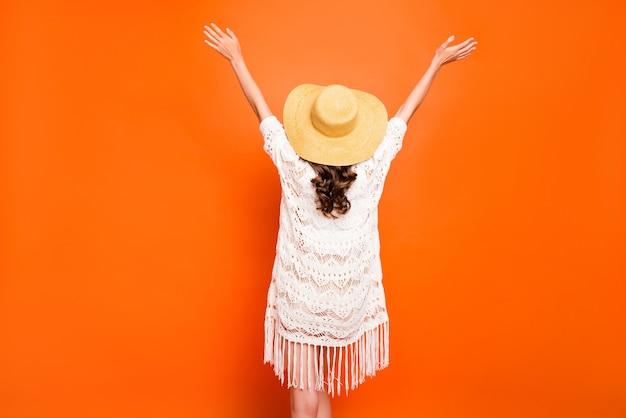 Achteraanzicht van golvende dame zomervakantie handen verhogen