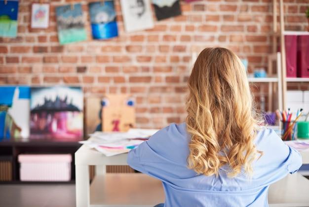 Achteraanzicht van hardwerkende vrouw