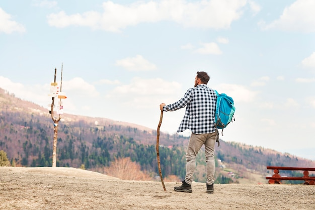 Achteraanzicht van jonge man met rugzak op reis