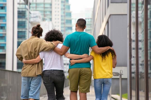 Achteraanzicht van jonge mensen buiten lopen
