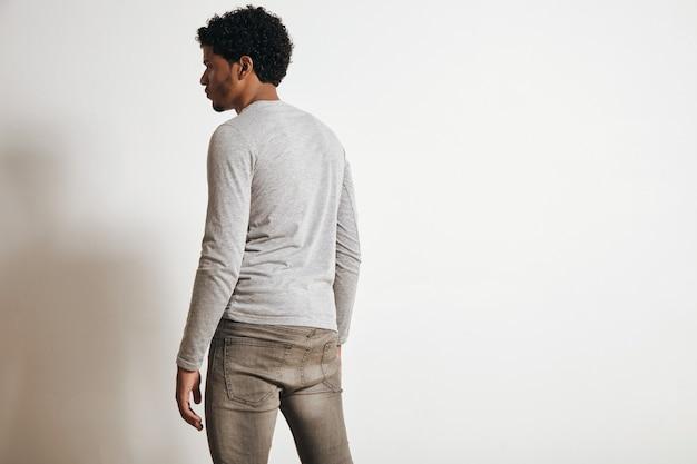 Achteraanzicht van latino man op zoek naar kant, geïsoleerd op wit, gekleed in lege heide grijze kleding