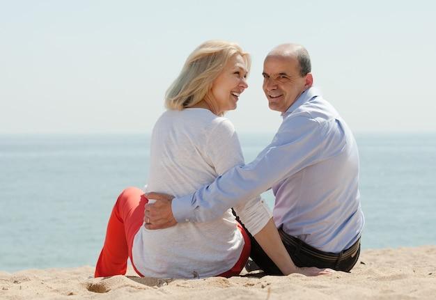 Achteraanzicht van liefdevolle volwassen paar