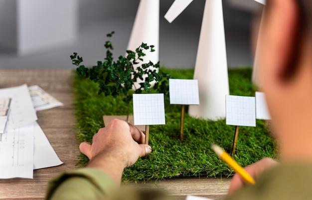 Achteraanzicht van man bezig met een eco-vriendelijk windenergieproject met windturbines