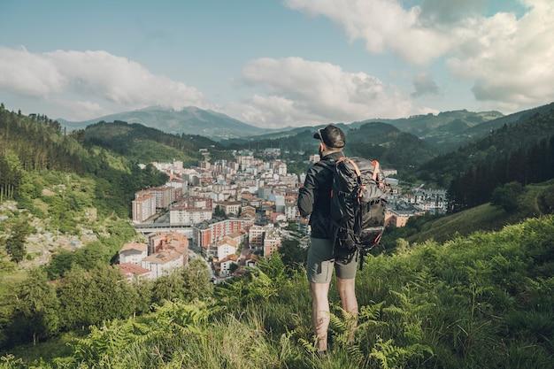 Achteraanzicht van man op zoek naar de vallei
